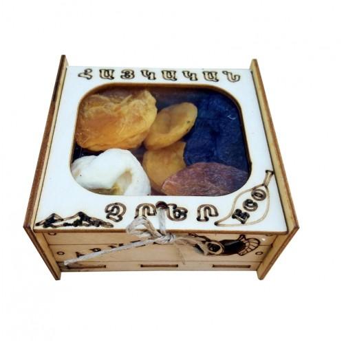 Gedroogde diverse fruit in doos